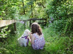 schaduwtuin met meisje en hondje