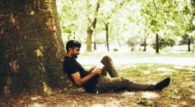 Onder een boom met een boek…